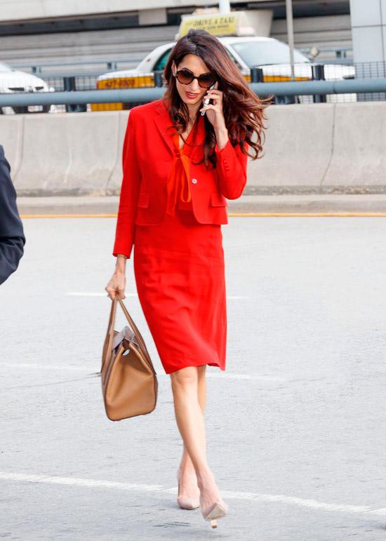Амаль Клуни в красном платье и пиджаке и бежевые туфли лодочки