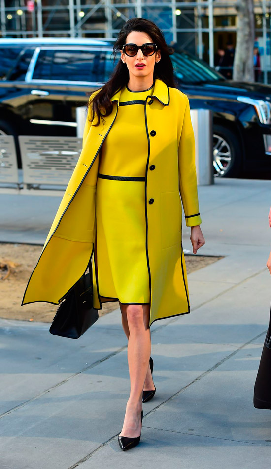 Амаль Клуни в желтом платье выше колен и ярком пальто, черные туфли лодочки