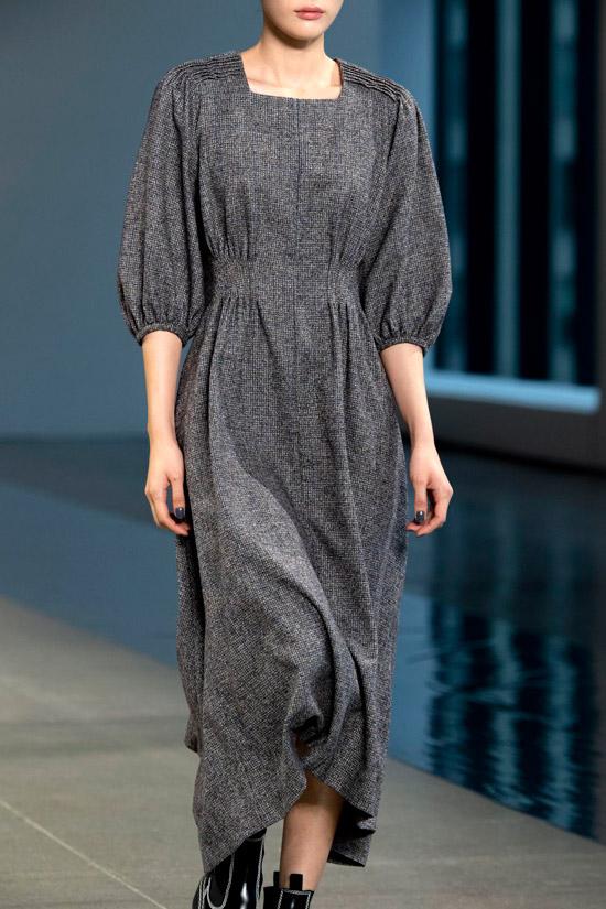 Девушка в сером шерстяном платье с рукавами три четверти и ботинки