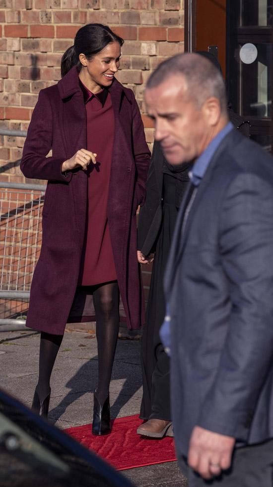 Меган Маркл в бордовом пальто