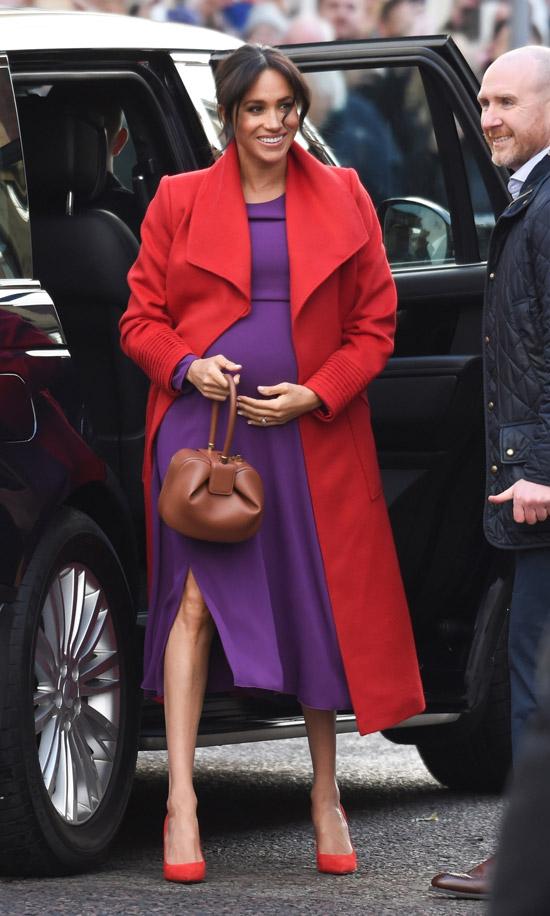 Меган Маркл в красном пальто