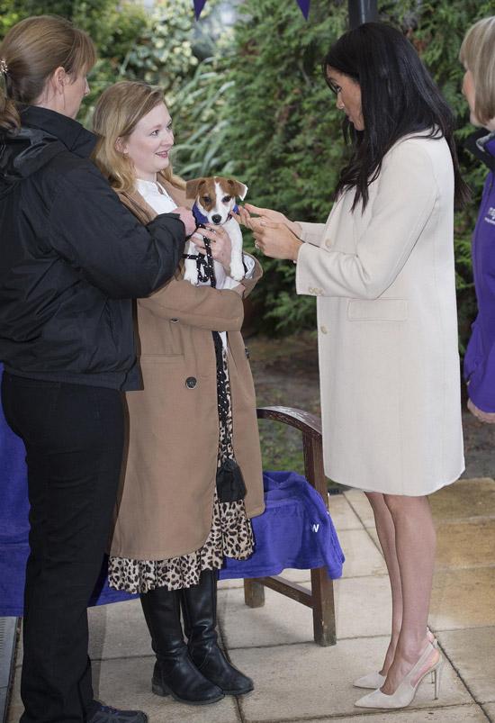Меган Маркл в светлом укороченном пальто