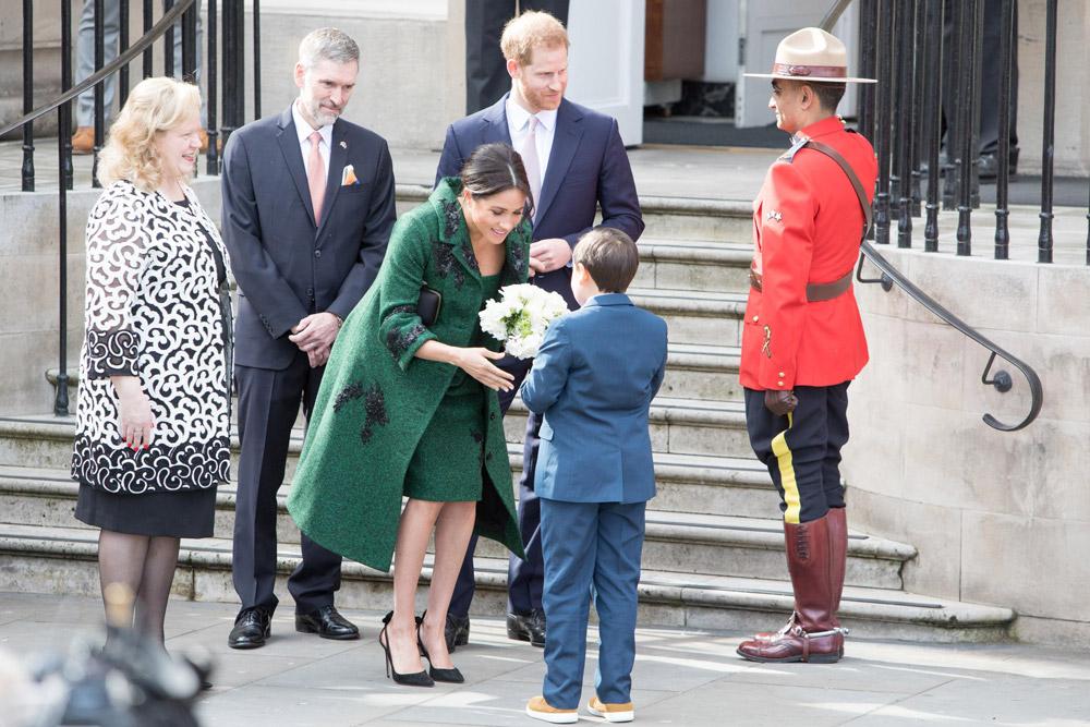 Меган Маркл в зеленом пальто