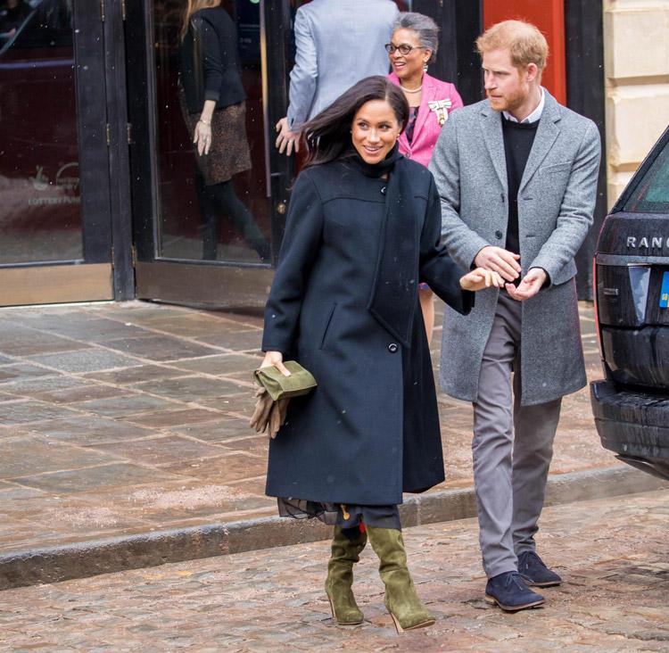 Меган Маркл в черном пальто