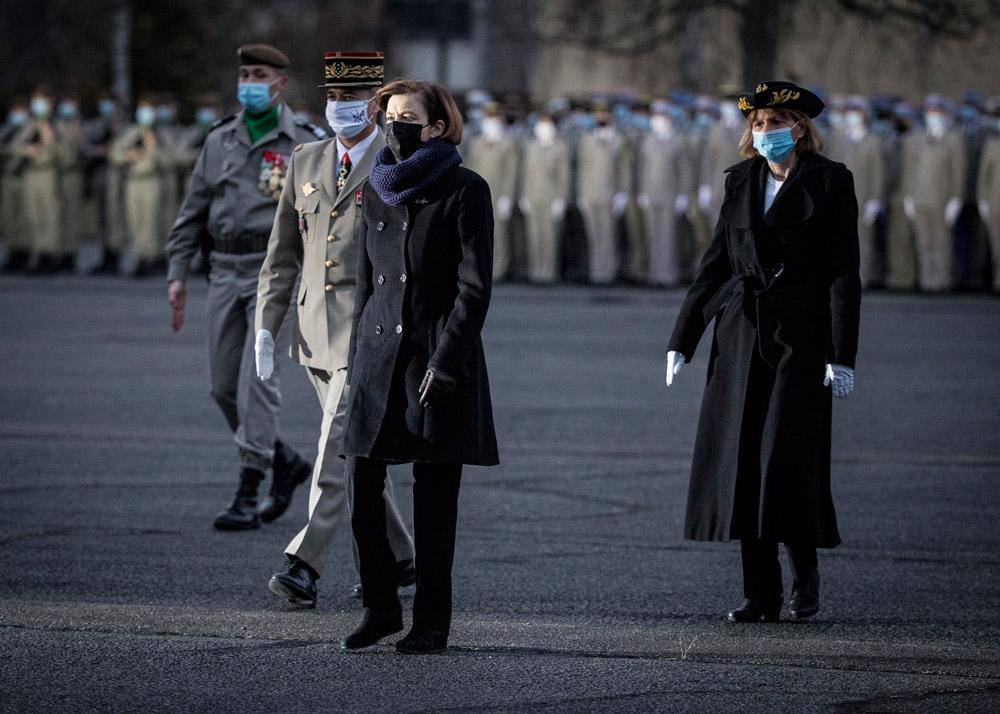 Флоранс Парли в пальто и черных брюках