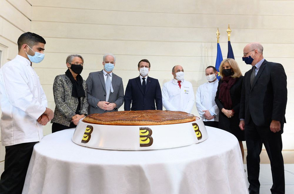 Брижит Макрон на церемонии с королевским пирогом
