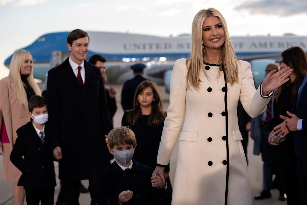 Иванка Трамп в белом пальто с черными пуговицами