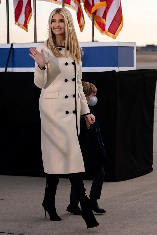 Иванка Трамп в белом пальто и замшевых сапогах