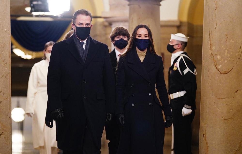 Эшли Байден в темном пальто и водолазке