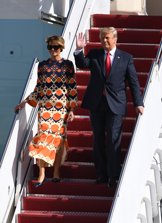 Мелания Трамп в простом платье прилетела во Флориду