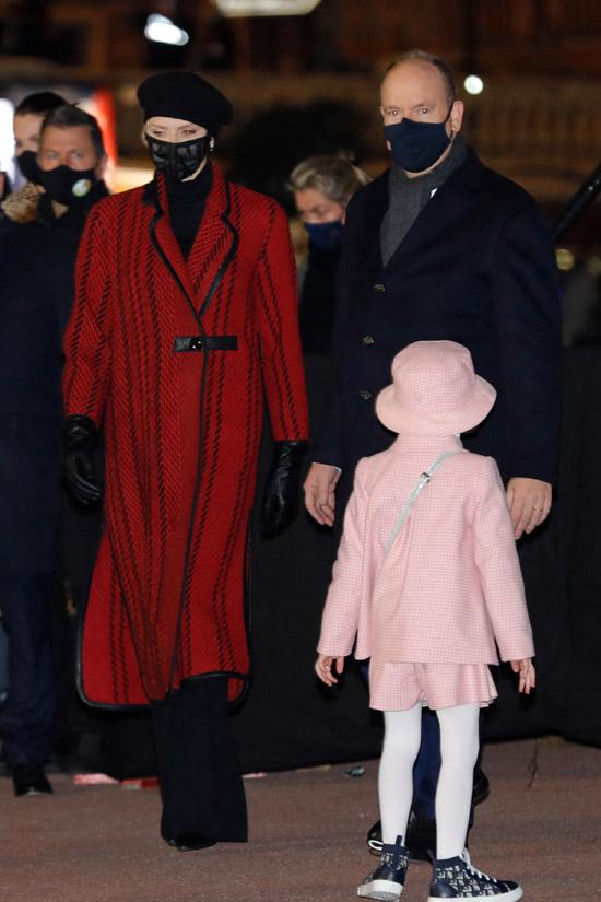 Принцесса Монако Шарлен в красном пальто