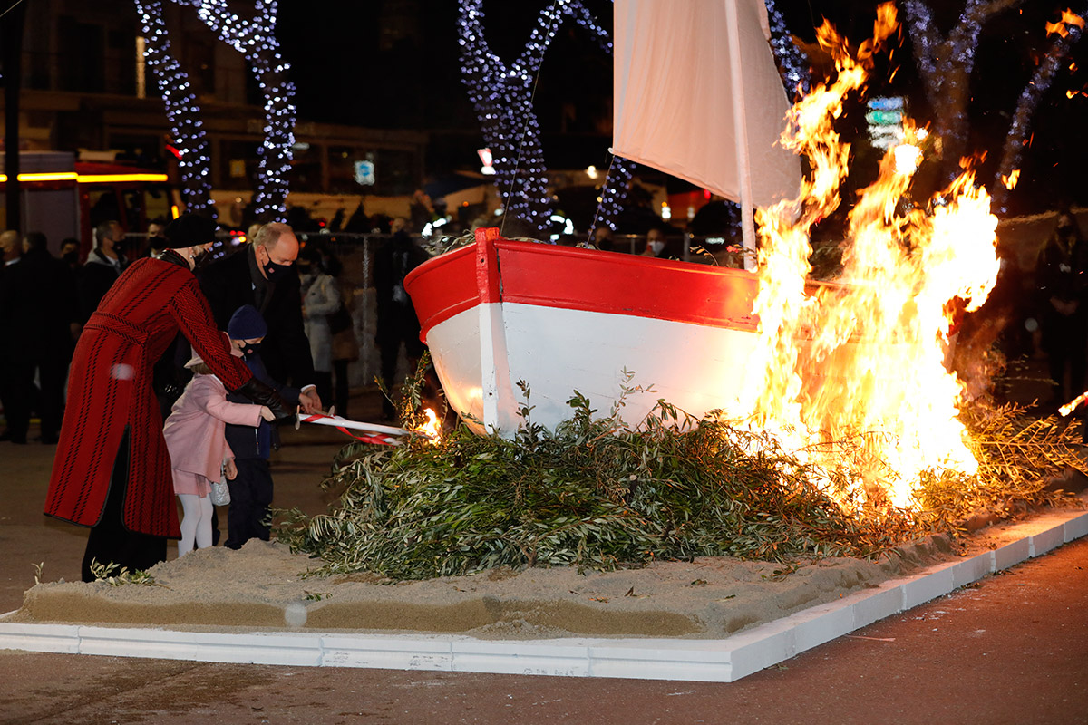 Принцесса Монако Шарлен на церемонии поджигает лодку