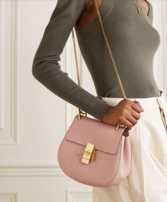 Милая розовая сумочка с золотой цепочкой