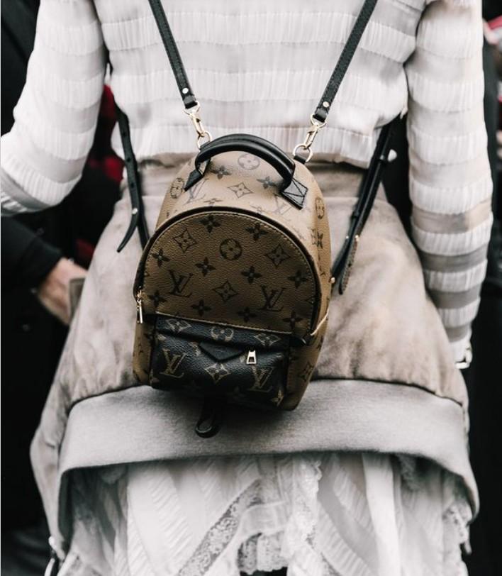 Мини рюкзак от Louis Vuitton с логотипом