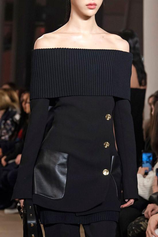 Модель в черном комбинированном платье пиджак с открытыми плечами