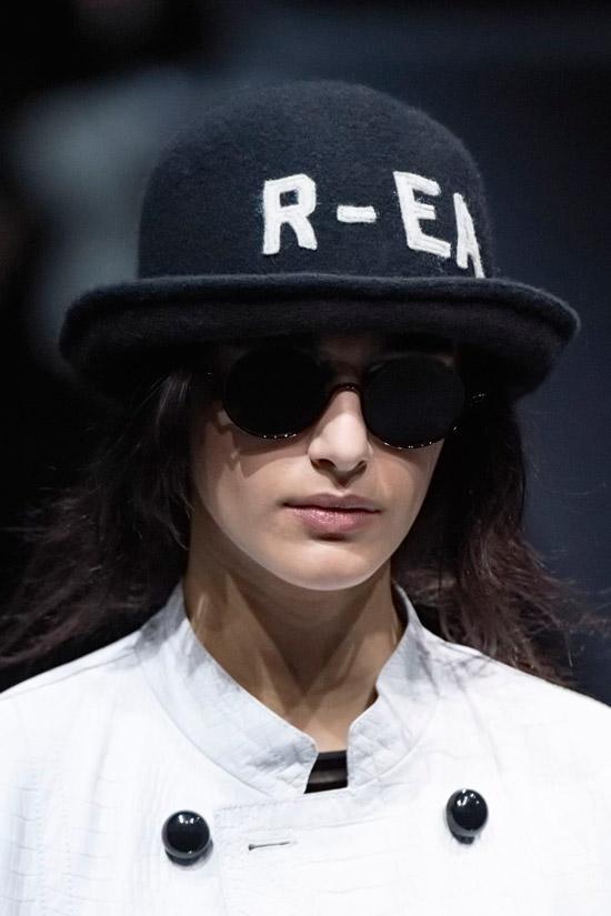 Модель в черной шляпе из фетра от Emporio Armani