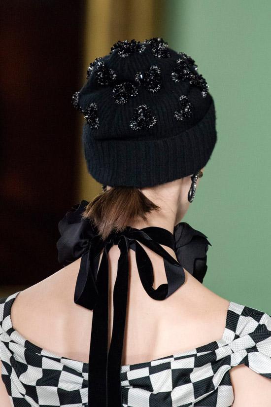 Модель в черной вязаной шапке от Erdem