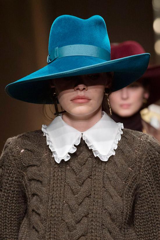 Модель в голубой шляпе из бархата от Luisa Spagnoli