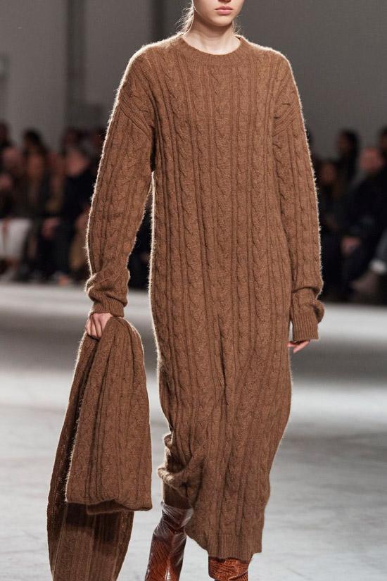 Модель в коричневом вязаном платье с длинными рукавами