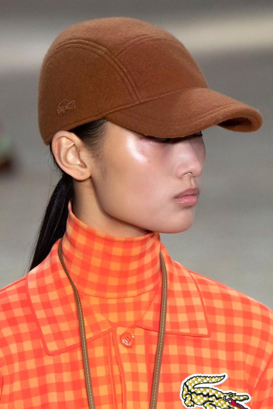 Модель в коричневой кепке из фетра от Lacoste