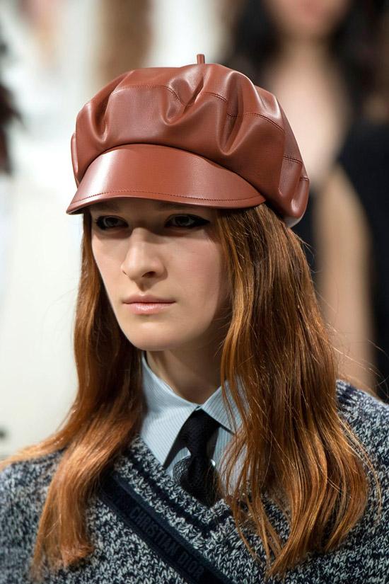 Модель в коричневой кепке от Dior