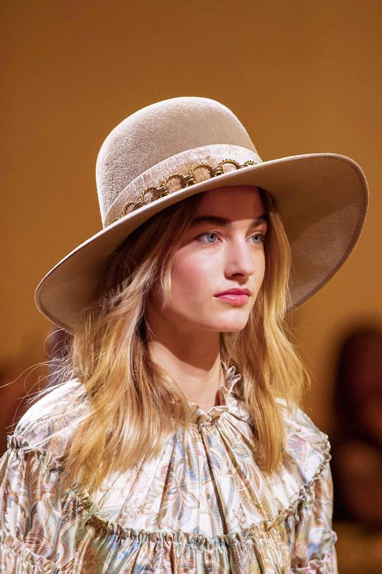 Модель в красивой бежевой шляпе от Zimmermann