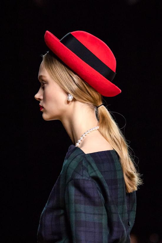 Модель в красной шляпке с черной полосой от Marc Jacobs