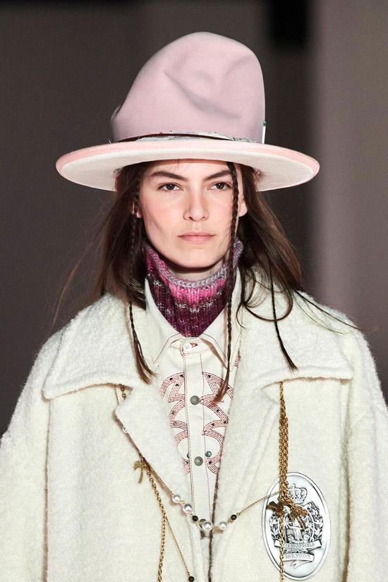Модель в необычной объемной шляпе от Palm Angels