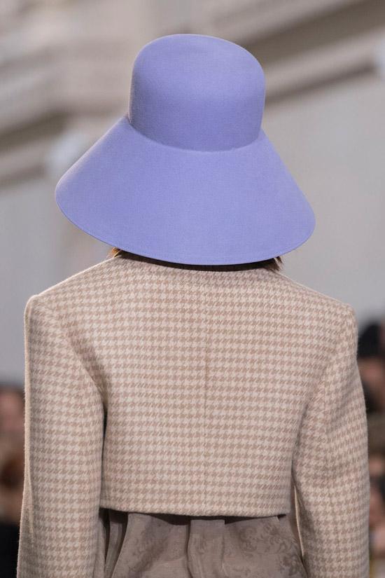 Модель в нежной голубой шляпе от Nina Ricci