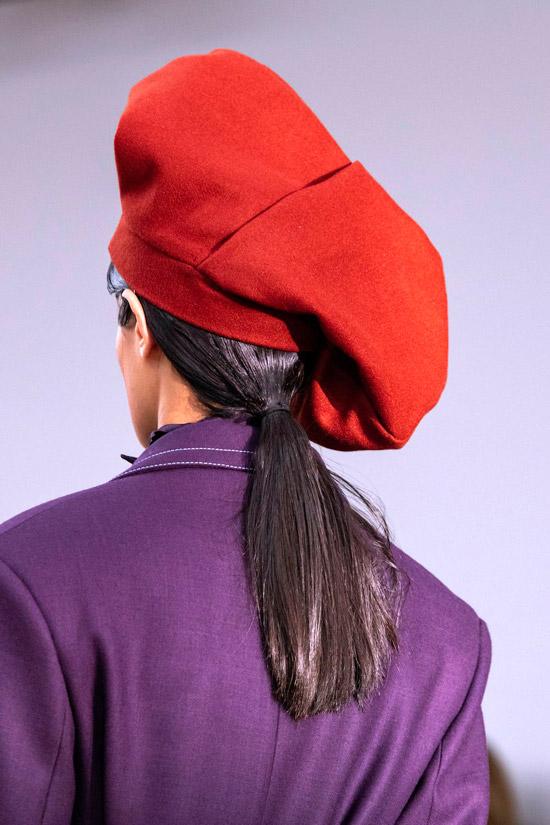 Модель в объемном берете красного цвета от Richard Malone