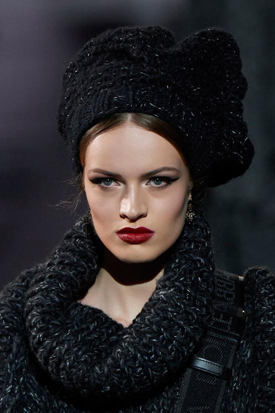 Модель в объемной вязаной шапке от Dolce & Gabbana