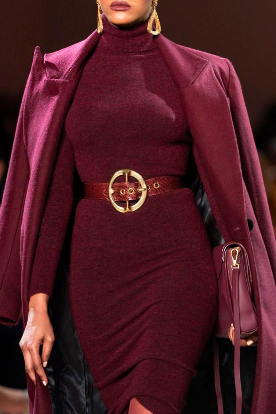Модель в облегающем платье с ремнем и бордовое пальто в тон