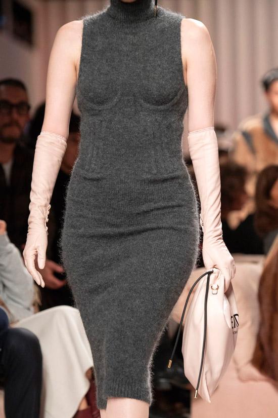 Модель в сером вязаном платье без рукавов ниже колен
