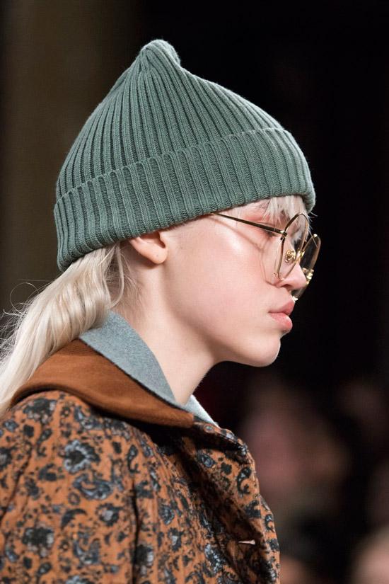 Модель в зеленой вязаной шапке от Daks