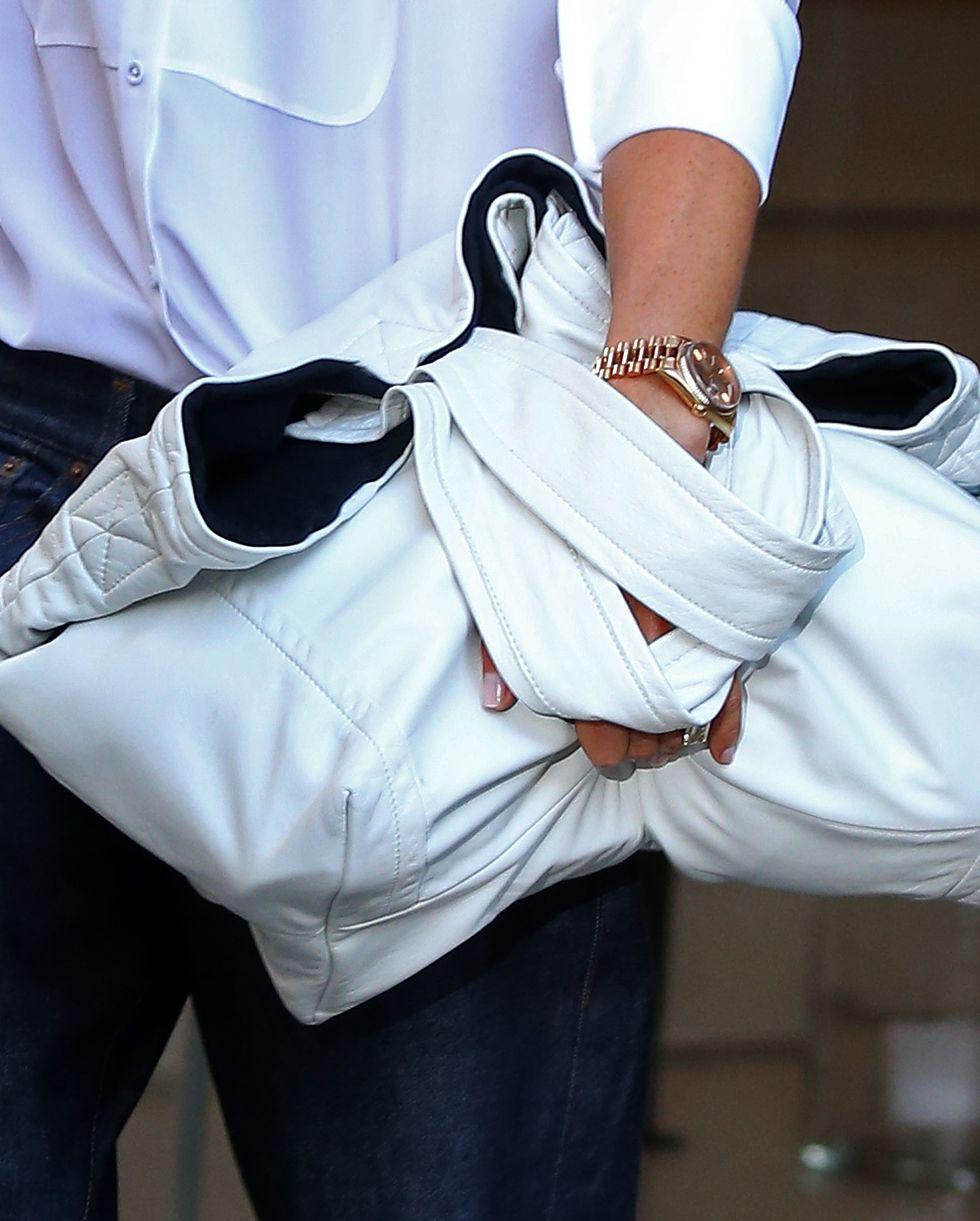 Виктория Бекхэм с белой объемной сумкой