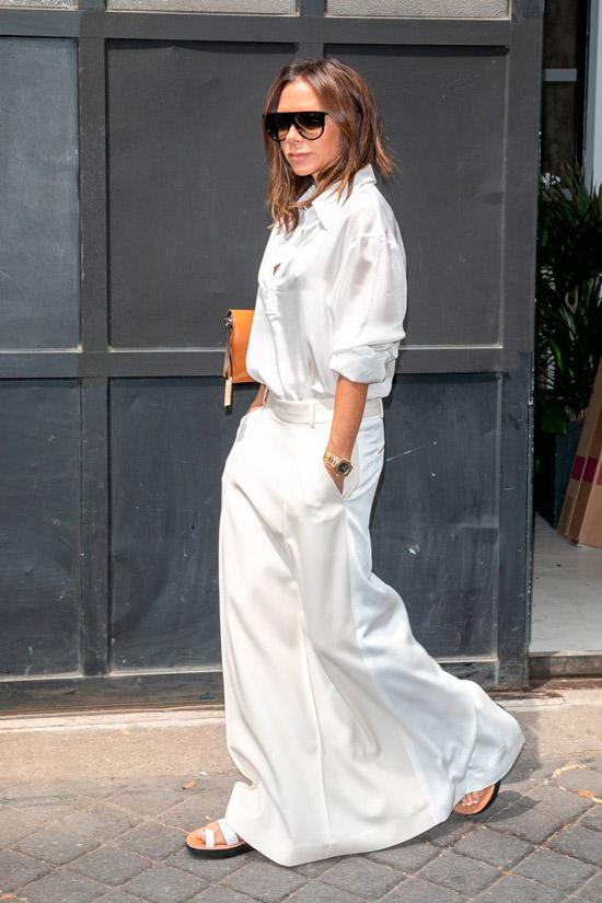 Виктория Бекхэм в белой рубашке, длинная юбка и сандалии