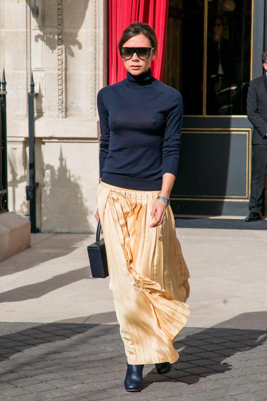 Виктория Бекхэм в черной водолазке, золотая длинная юбка и сапоги