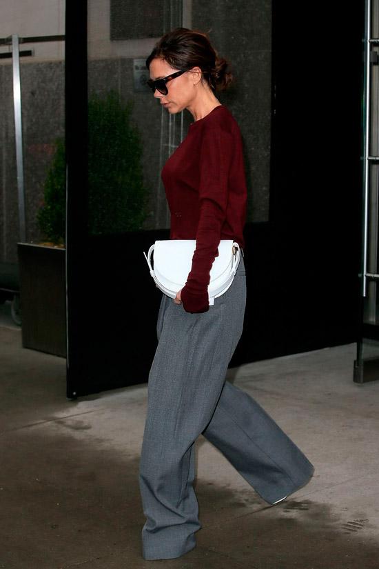 Виктория Бекхэм в серых свободных брюках и бордовый свитшот