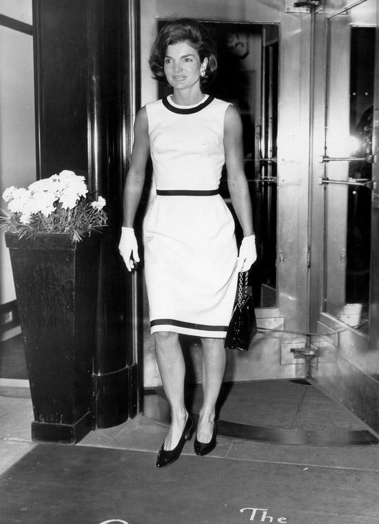 Жаклин Кеннеди в белом платье футляр без рукавов, черные туфли лодочки
