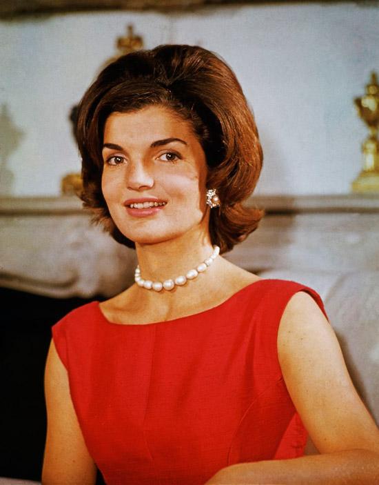 Жаклин Кеннеди в красном платье футляр без рукавов