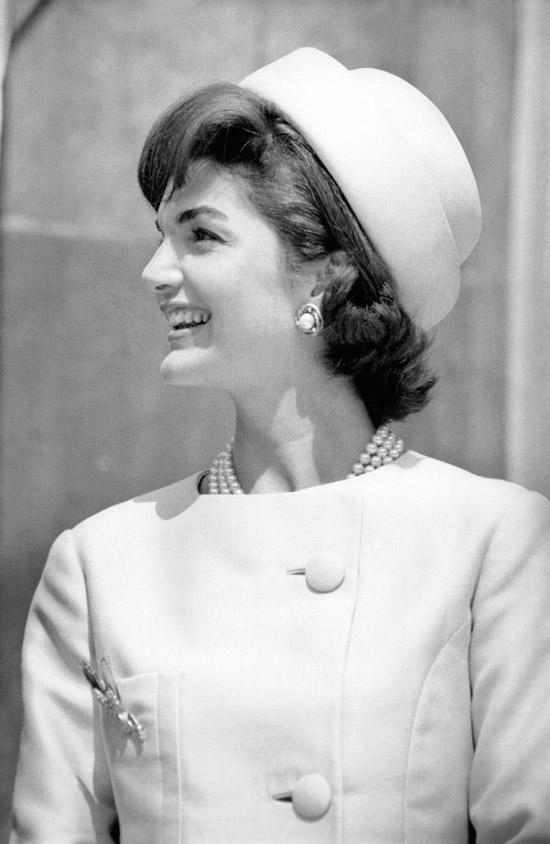 Жаклин Кеннеди в пальто без воротника и шляпе