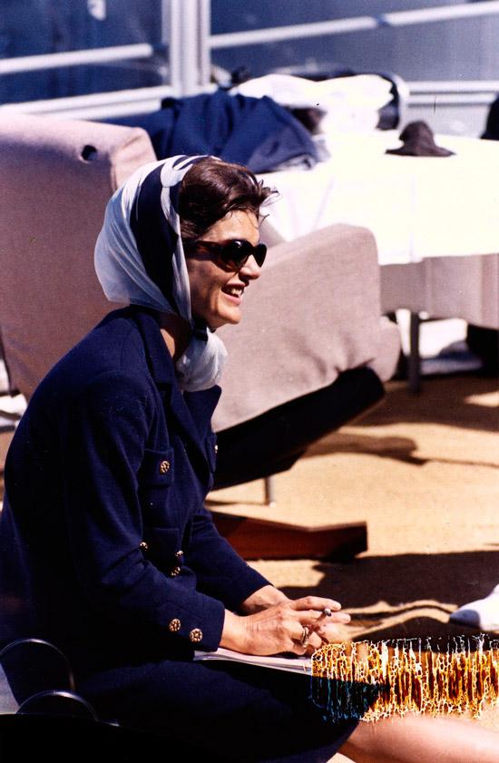 Жаклин Кеннеди в платке и солнцезащитных очках