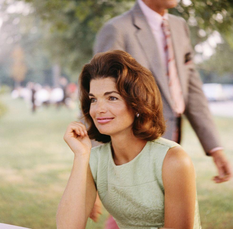 Жаклин Кеннеди в светлом платье футляр без рукавов