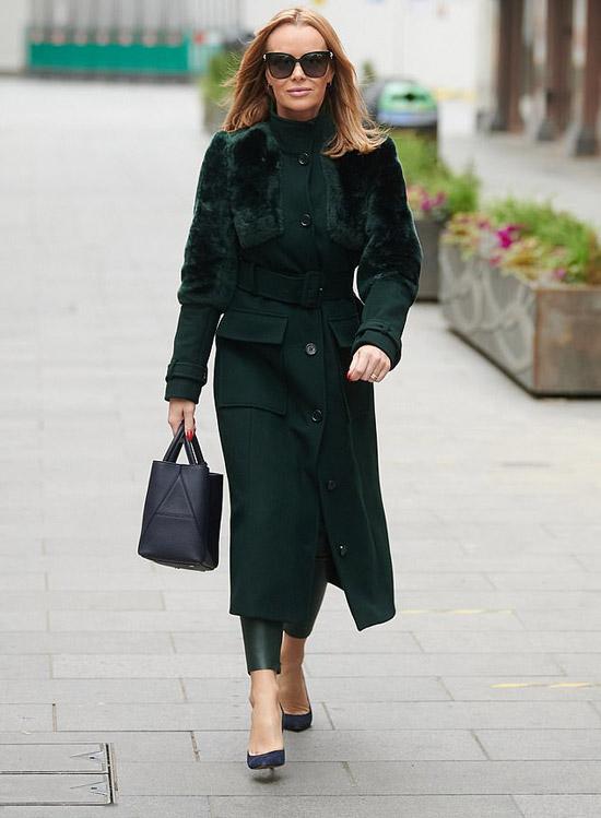 Аманда Холден в пальто с мехом