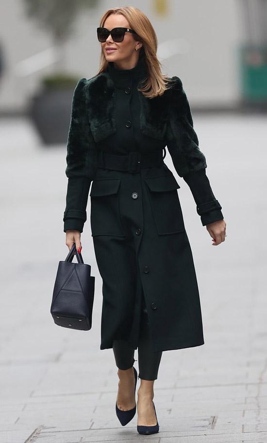 Аманда Холден в пальто и кожаных брюках