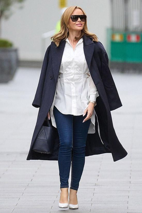 Аманда Холден в блузе и джинсах скинни