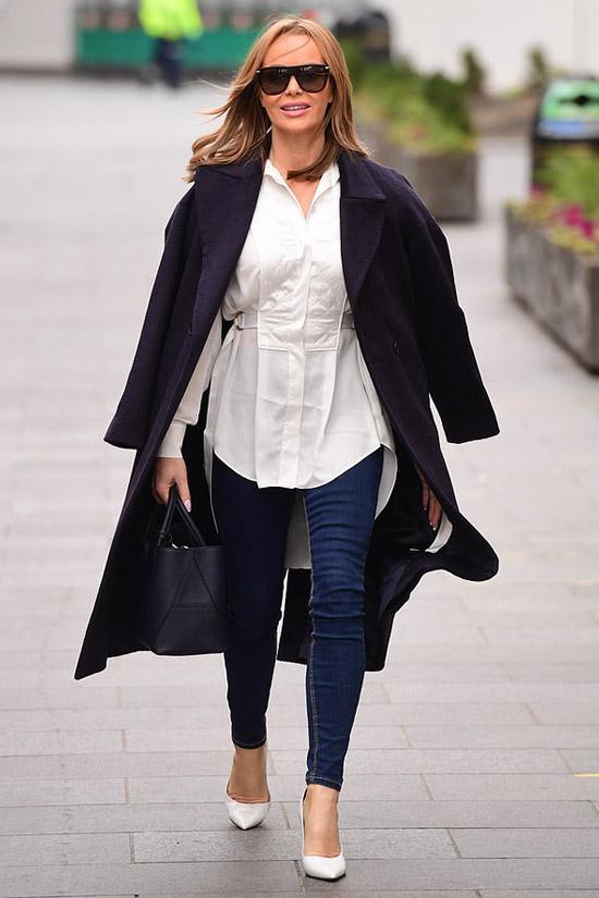 Аманда Холден в джинсах и пальто