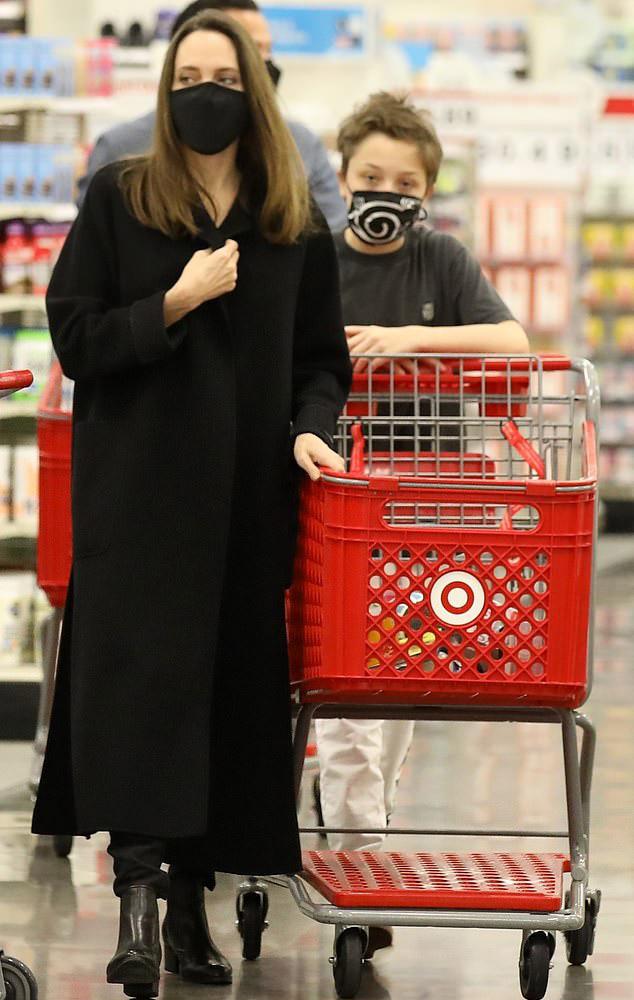 Анджелина Джоли с сыном в магазине