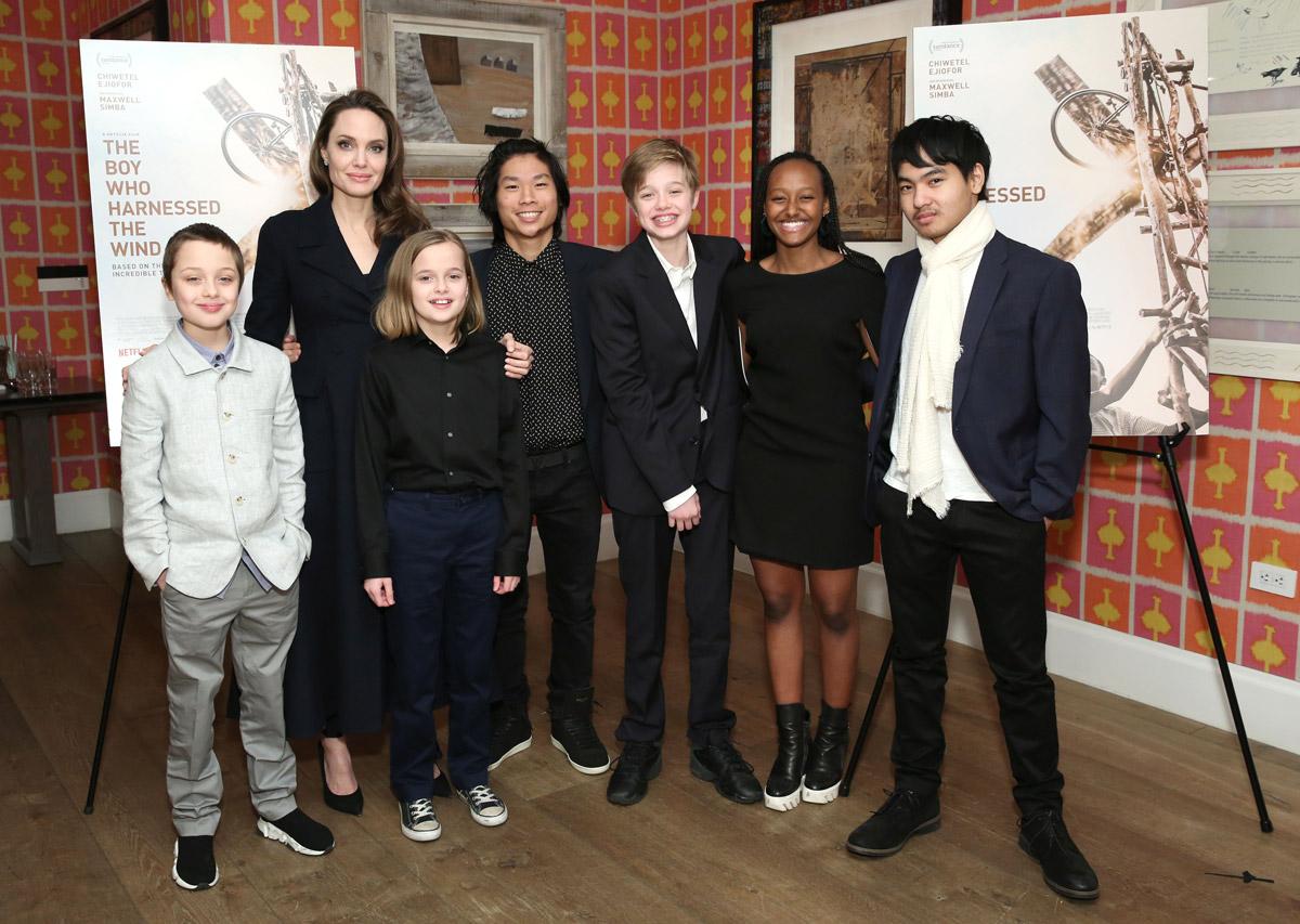 Анджелина Джоли в пальто рядом со своими детьми
