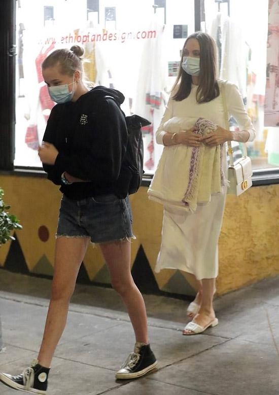Анджелина Джоли в платье и сумкой от диор